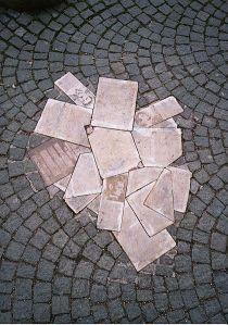 Monumento all'Università Ludwig Maximilian di Monaco dedicato al gruppo della Rosa Bianca.