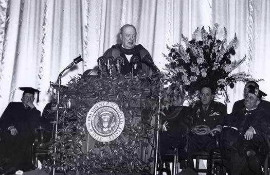 """Churchill durante il famoso discorso sulla """"Cortina di Ferro"""""""
