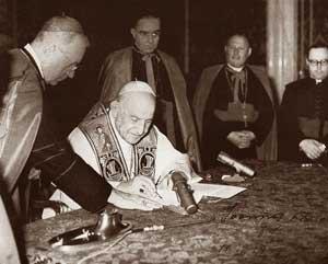 Giovanni XXIII firma l'enciclica Pacem in Terris.